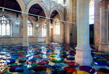 Лиз Уэст заполняет историческую церковь светящимся искусством