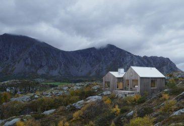 Горы, уютный дом и море