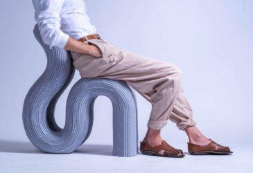 Трубчатая группа необычных стульев