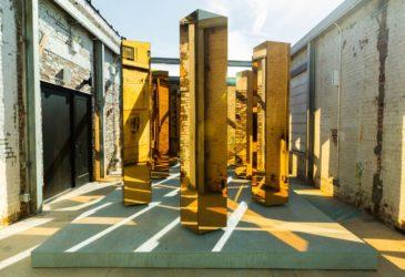 Шумные толпы золотых колонн