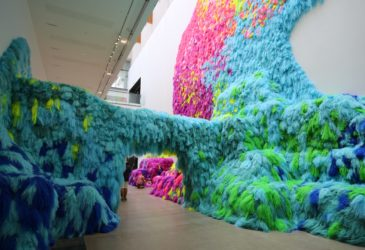 Исландская художница cоздает красочные инсталляции с использованием волос