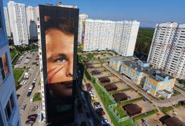 Гигантский космонавт Юрий Гагарин приземлился на фасаде за пределами Москвы